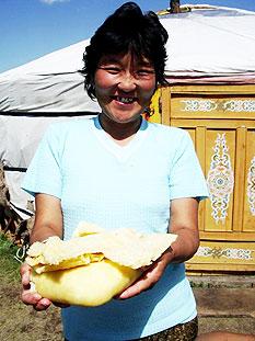 frau hausgemacht kaese yurte khentii nationalpark mongolei