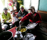 gaeste geniessen warmes mittagessen lachung tangu chopta valley sikkim india