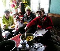 gaeste geniessen warmes mittagessen lachung tangu chopta valley sikkim india