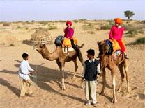 kamel reiten thar wueste rajasthan indien