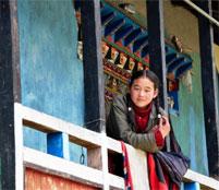 maedchen traditionelles haus lachen nord sikkim indien